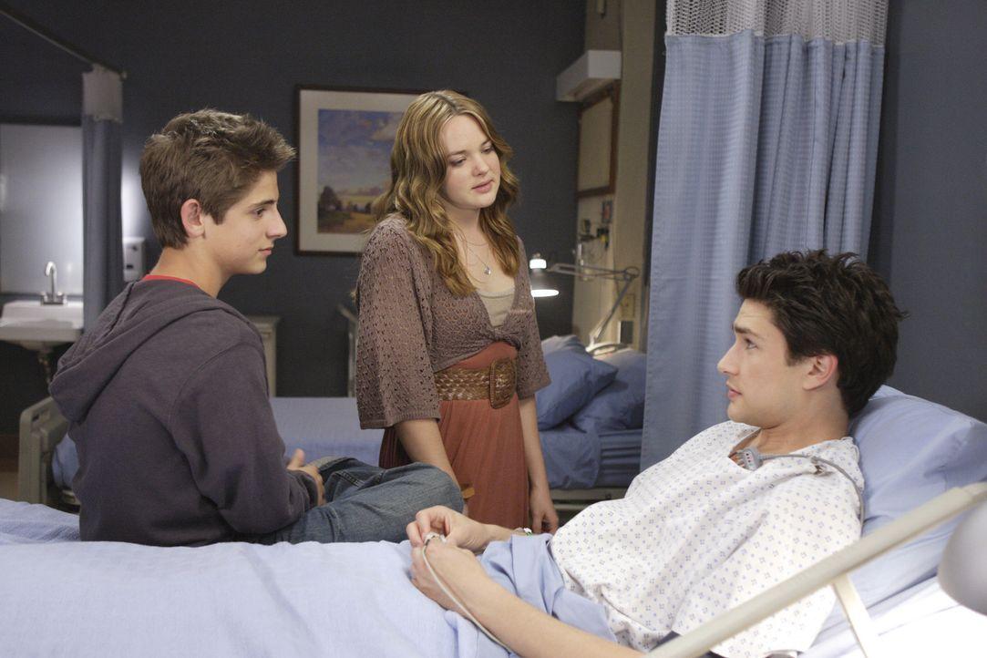Kyle (Matt Dallas, r.) bekommt von Josh (Jean-Luc Bilodeau, l.) und Lori (April Matson, M.) besuch im Krankenhaus ... - Bildquelle: TOUCHSTONE TELEVISION