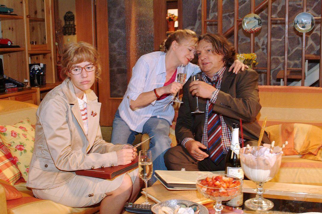 Auch zu Hause wird Lisa (Alexandra Neldel, l.) vom Thema Hochzeit verfolgt - Bernd (Volker Herold, r.) und Helga (Ulrike Mai, M.) feiern ihren 26. H... - Bildquelle: Monika Schürle SAT.1 / Monika Schürle