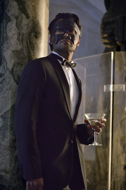 Auch Gabe Lowan (Sendhil Ramamurthy) hat sich unter die Gäste eines Maskenballes gemischt. Was hat er vor? - Bildquelle: Ben Mark Holzberg 2013 The CW Network, LLC. All rights reserved.