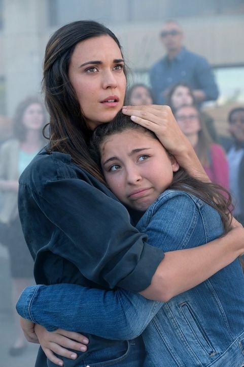 Ausgerechnet bei der Enthüllung des Supergirl-Denkmals kommt es zu seltsamen Vorkommnissen. Woraufhin die junge Mutter Samantha Arias (Odette Annabl... - Bildquelle: 2017 Warner Bros.