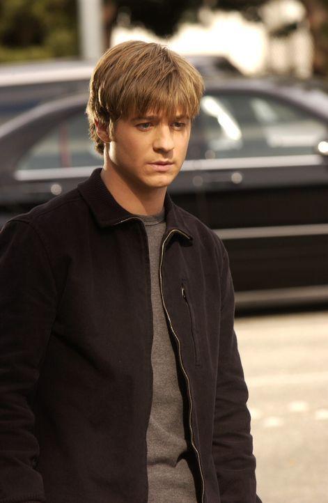 Ryan (Benjamin McKenzie), der von Unterricht suspendiert und von Sandy mit Stubenarrest belegt wurde, hat nur noch Kontakt mit Luke, der ihn gelegen... - Bildquelle: Warner Bros. Television