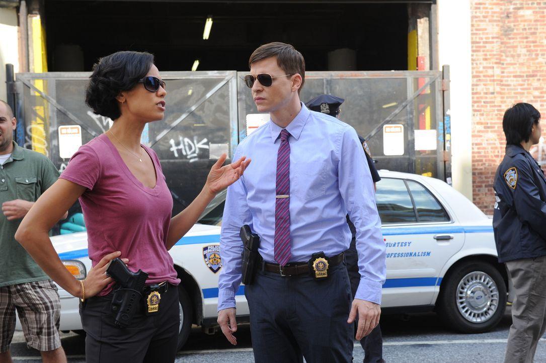 Gemeinsam mit Al und Carrie ermitteln Roe (Kevin Rankin, r.) und Nina (Daya Vaidya, l.) in einem neuen Mordfall ... - Bildquelle: 2011 CBS Broadcasting Inc. All Rights Reserved.