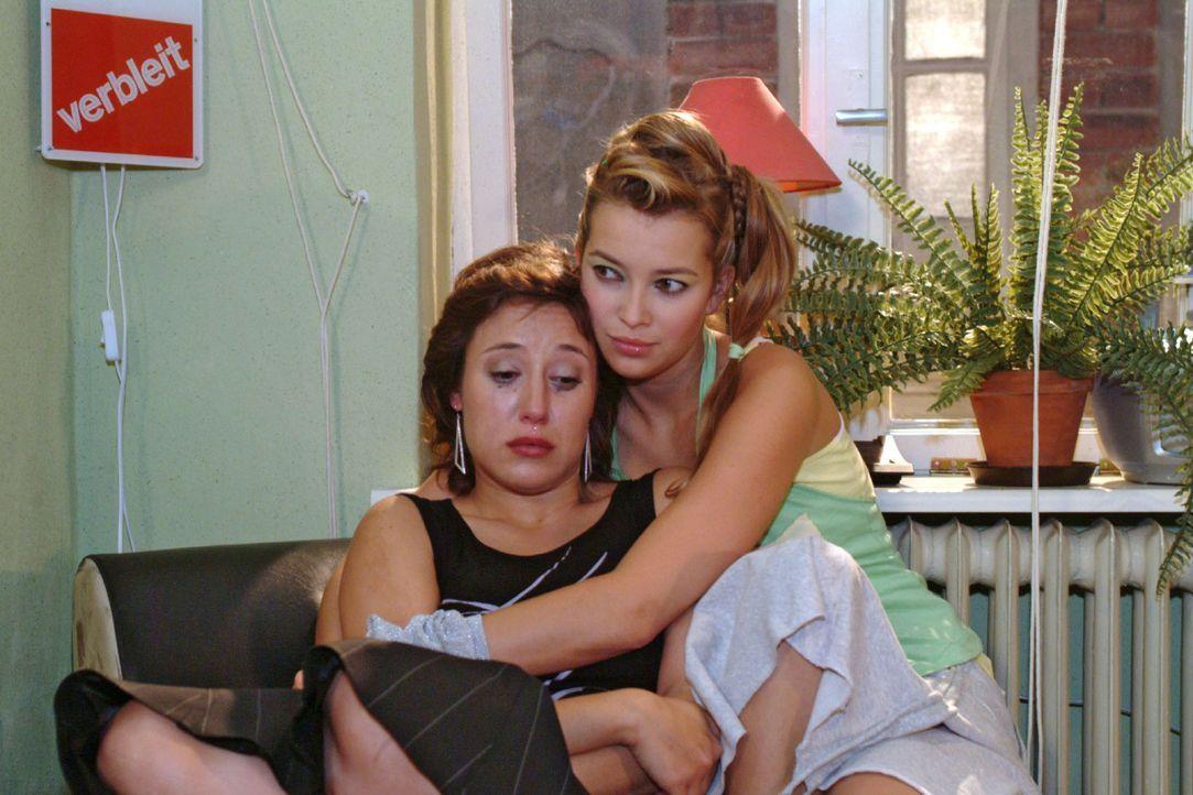 Yvonne (Bärbel Schleker, l.) ist maßlos enttäuscht von Max - und heult sich bei Hannah (Laura Osswald, r.) aus. - Bildquelle: Monika Schürle Sat.1