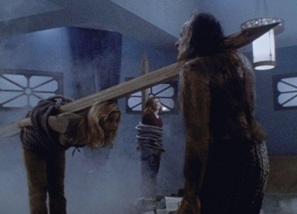 Buffy (Sarah Michelle Gellar, l.) und Willow (Alyson Hannigan, M.) sollen als Hexen verbrannt werden, doch Buffy kann das Ungeheuer im letzten Momen... - Bildquelle: TM +   2000 Twentieth Century Fox Film Corporation. All Rights Reserved.