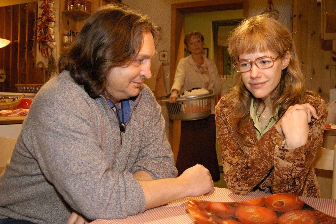 Erleichtert darüber, sich endlich bei ihren Eltern (Volker Herold, l. und Ulrike Mai, M.) ihren Kummer von der Seele geredet zu haben, fasst Lisa (... - Bildquelle: Sat.1