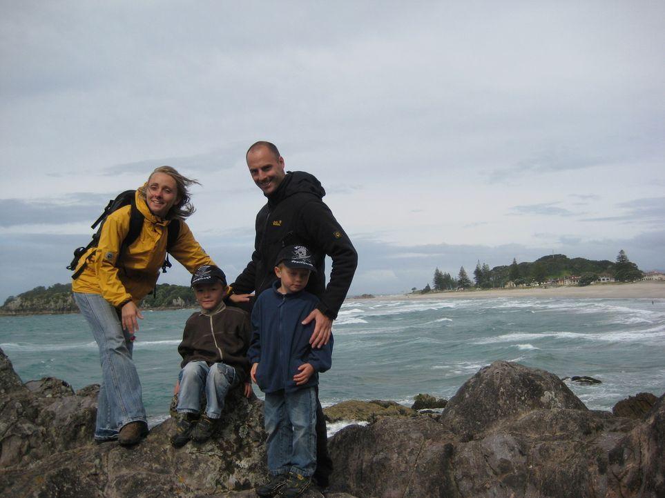 Starten in Neuseeland ein neues Leben: Annett Hauck (l.) und ihr Lebensgefährte Frank Babic (r.) mit den beiden Kindern aus Annetts erster Ehe, Lin... - Bildquelle: kabel eins