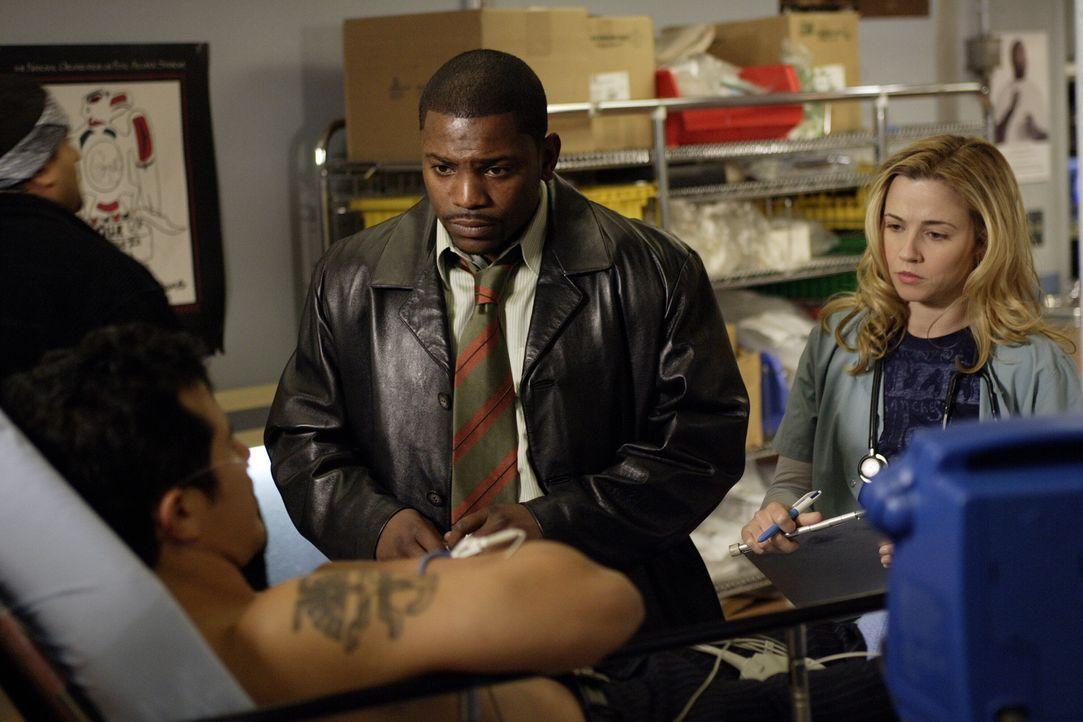 Noch ahnen Pratt (Mekhi Phifer, M.) und Sam (Linda Cardellini, r.) nicht, dass ihr Patient ihr neuer Oberarzt Dr. Clemente (John Leguizamo, l.) ist... - Bildquelle: Warner Bros. Television
