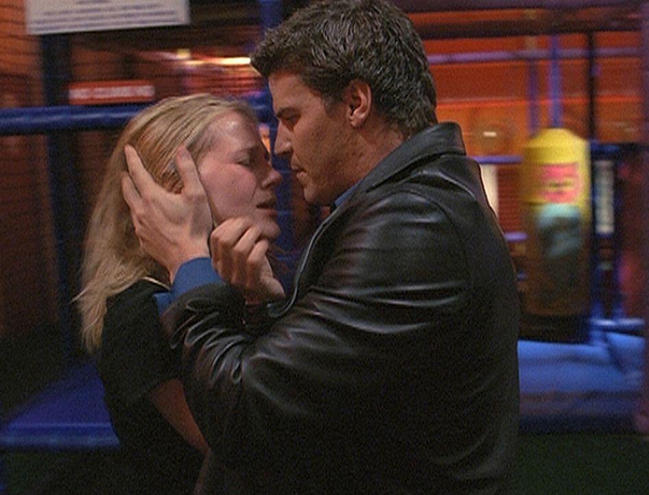 Angel (David Boreanaz, r.) spürt, dass Darlas (Julie Benz, l.) ungeborenes Kind eine Seele hat und damit das Erbgut der Vampireltern nicht in sich t... - Bildquelle: 20th Century Fox. All Rights Reserved.