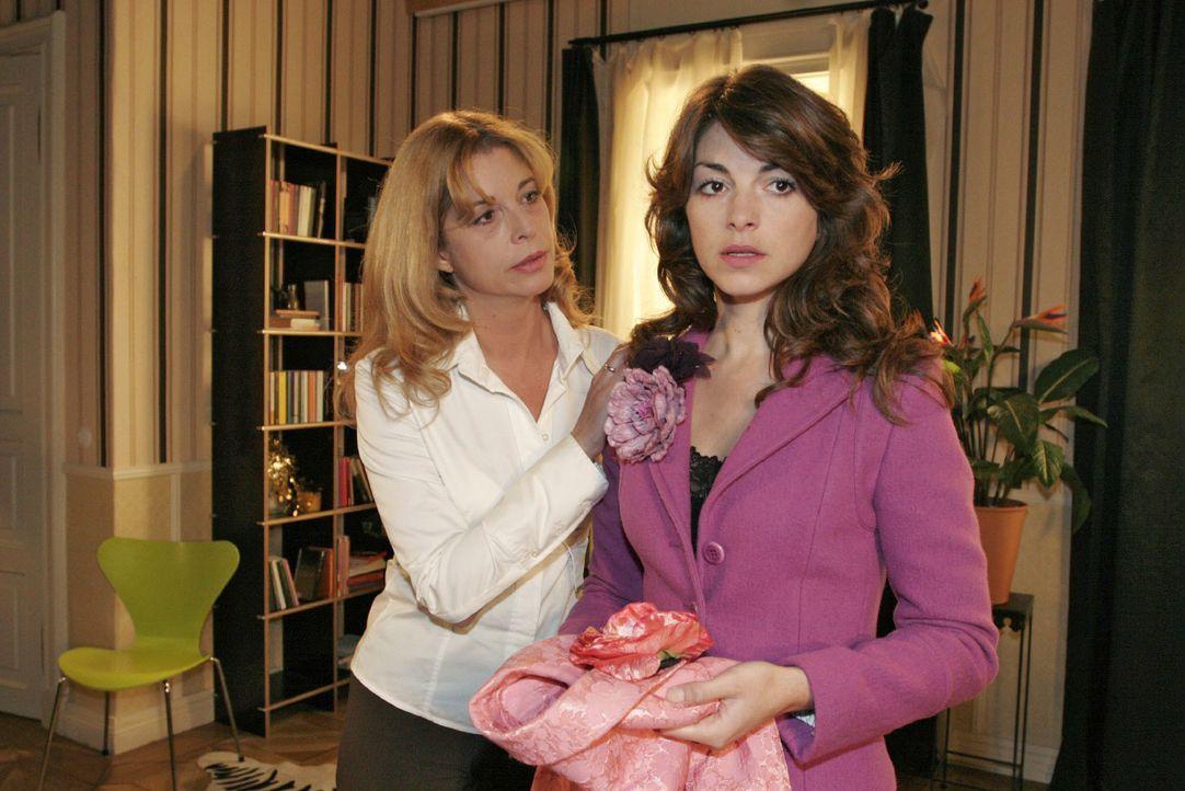 Laura (Olivia Pascal, l.) versucht Mariella (Bianca Hein, r.) umzustimmen: Sie ist entschlossen, zu gehen ... - Bildquelle: Noreen Flynn SAT.1 / Noreen Flynn