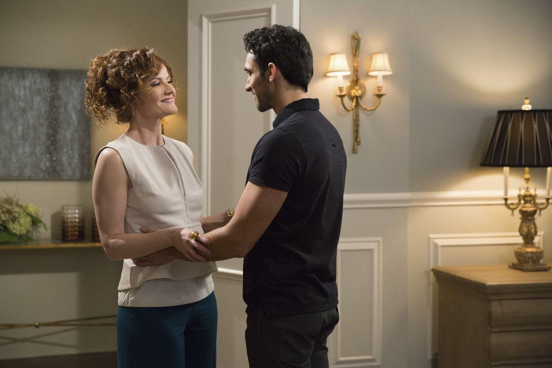 Als Evelyn (Rebecca Wisocky, l.) Tony (Dominic Adams, r.) erzählt, dass sie seine Männlichkeit zu schätzen weiß, ahnt sie nicht, was daraus resultie... - Bildquelle: 2014 ABC Studios