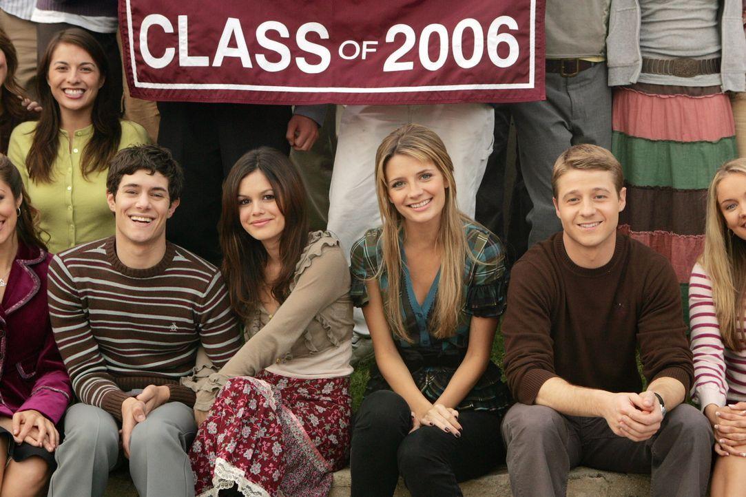 Der Abschluss ist geschafft: Seth (Adam Brody, l.), Summer (Rachel Bilson, 2.v.l.), Marissa (Mischa Barton, 2.v.r.) und Ryan (Benjamin McKenzie, r.)... - Bildquelle: Warner Bros. Television