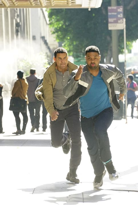 Hat Esposito (Jon Huertas, l.) mit Bolt (Roshawn Franklin, r.) wirklich den Täter gefunden? - Bildquelle: Richard Cartwright ABC Studios / Richard Cartwright