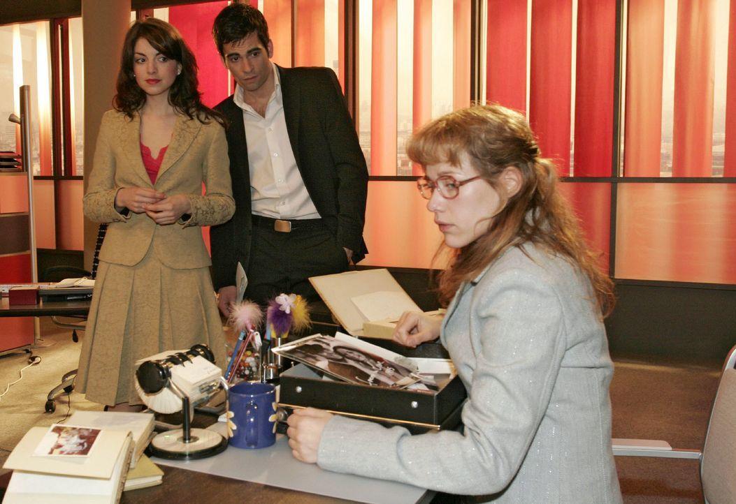 Mariella (Bianca Hein, l.) und David (Mathis Künzler, M.) sind überrascht, dass Lisa (Alexandra Neldel, r.) beim Sichten der alten Familienfotos mit... - Bildquelle: Monika Schürle SAT.1 / Monika Schürle