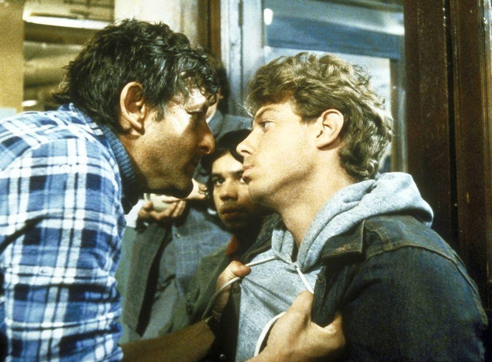 Dory McKenna (Barry Primus, l.), der kokainabhängig ist, bedroht eine Gruppe jugendlicher Rowdys. - Bildquelle: ORION PICTURES CORPORATION. ALL RIGHTS RESERVED.