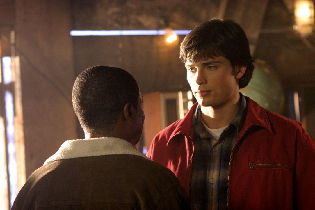 Als ein Krimineller ihn und seine Familie bedroht, bittet Pete (Sam Jones III, l.) verzweifelt Clarks (Tom Welling, r.) um Hilfe ... - Bildquelle: Warner Bros.