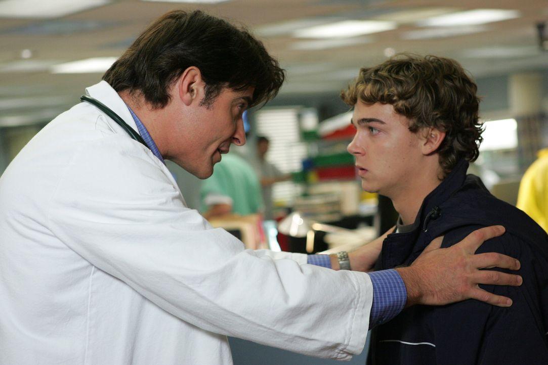 Dr. Luka Kovac (Goran Visnjic, l.) kümmert sich um Jason Digby (Daniel Clark, r.) ... - Bildquelle: Warner Bros. Television