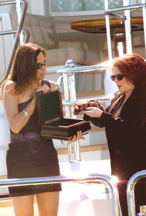 Gerade als Karen (Megan Mullally, r.) die Asche des Verstorbenen dem Meer anvertrauen will, taucht Stans Geliebte Lorraine (Minnie Driver, l.) auf ... - Bildquelle: NBC Productions