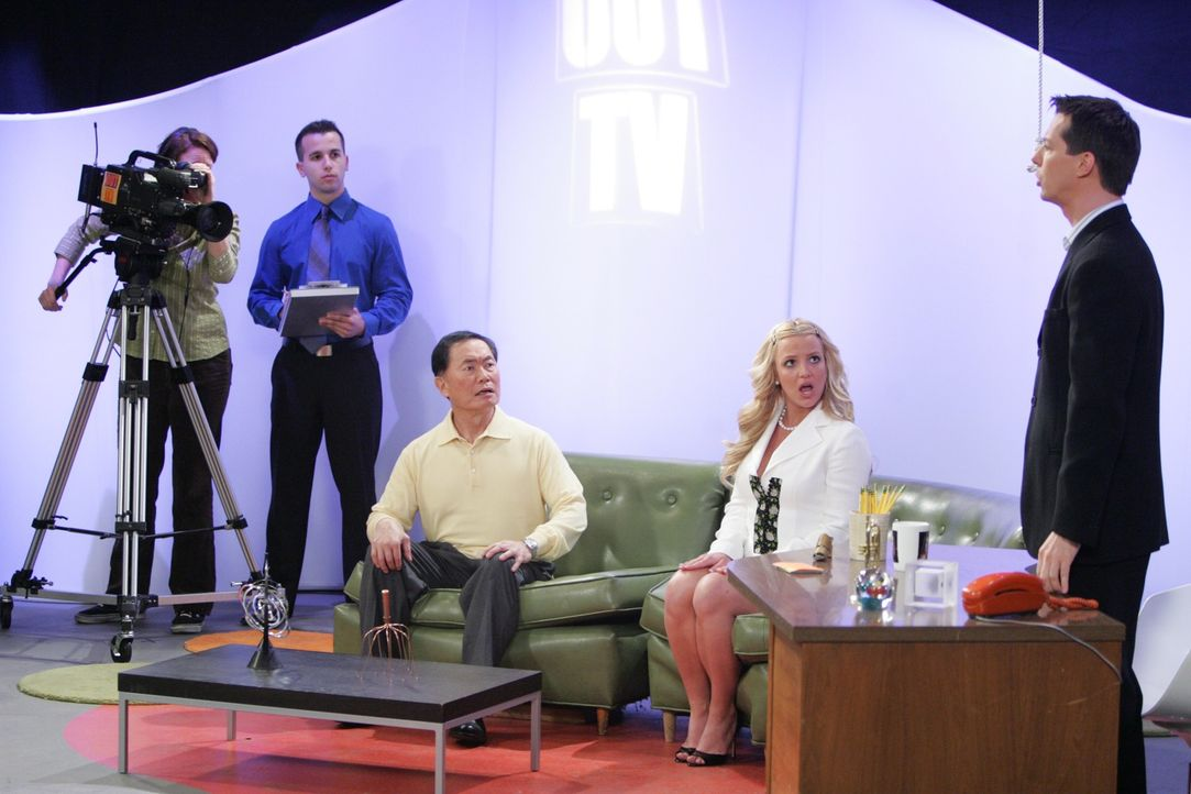 George Takei (George Takei, M.) ist zu Gast bei Amber-Louise (Britney Spears, 2.v.r.) und Jack (Sean Hayes, r.) in der Talkshow ... - Bildquelle: Chris Haston NBC Productions