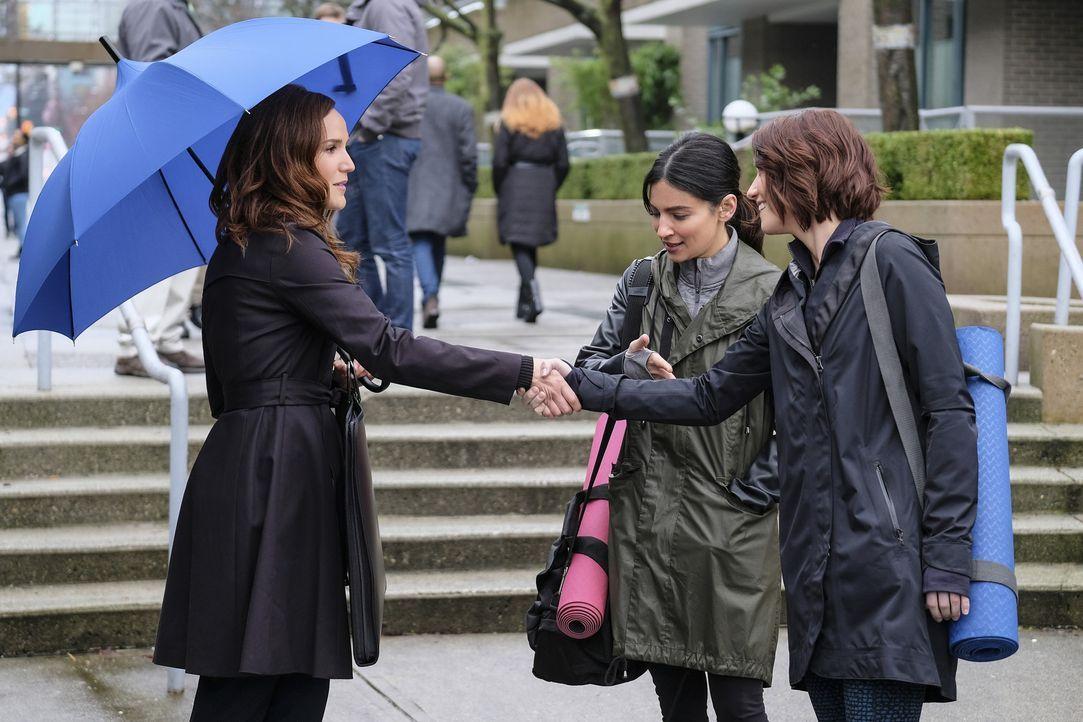 Eigentlich waren Alex (Chyler Leigh, r.) und Maggie (Floriana Lima, M.) vollkommen glücklich, doch dann treffen sie unerwarteter Weise auf Maggies E... - Bildquelle: 2016 Warner Brothers