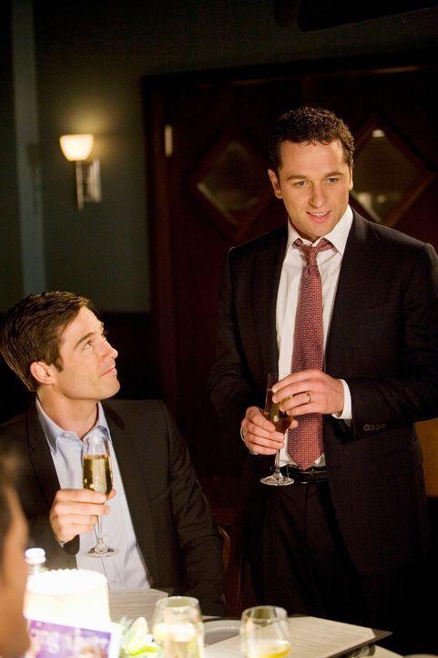 Kevin (Matthew Rhys, r.) reagiert vor Scottys (Luke MacFarlane, l.) Eltern überaus gereizt - woran das wohl liegen mag? - Bildquelle: 2008 ABC INC.