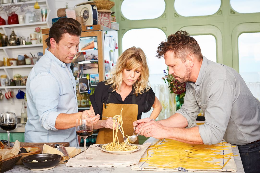 (v.l.n.r.) Jamie Oliver; Ashley Jensen; Jimmy Doherty - Bildquelle: David Loftus