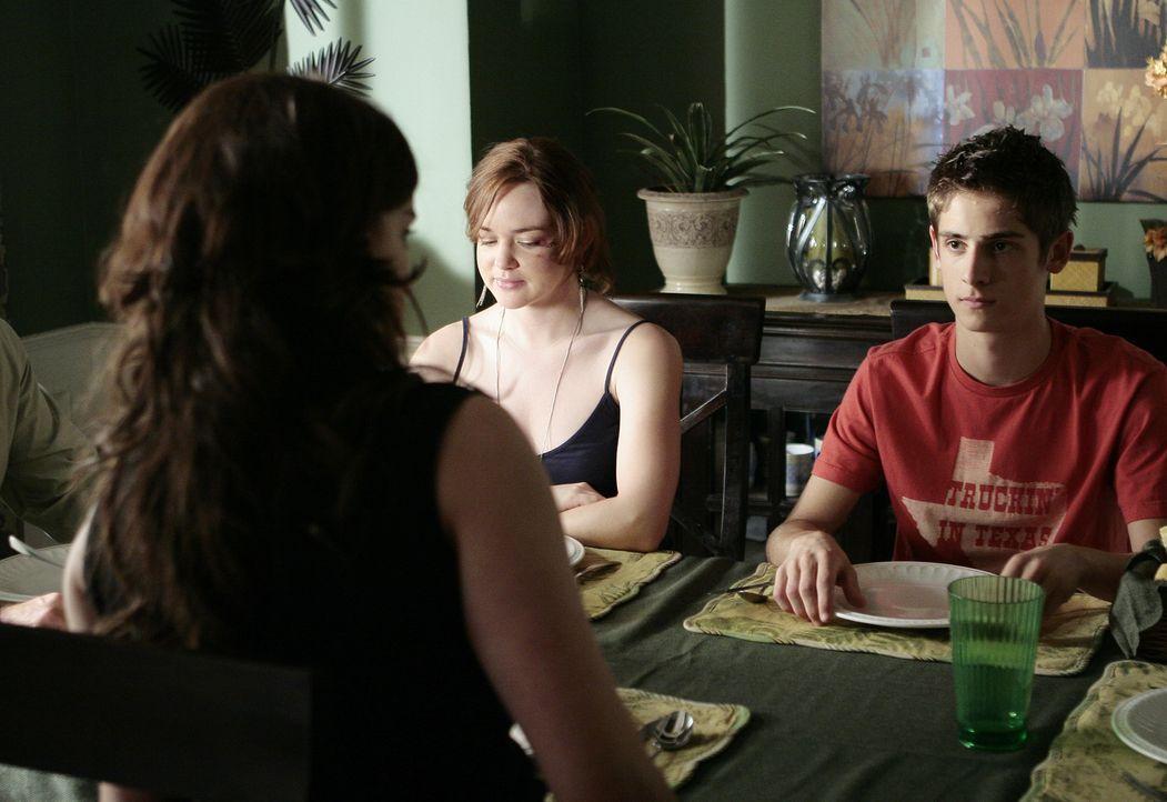 Die Familie hält zusammen: Josh (Jean-Luc Bilodeau, r.) und Lori (April Matson, l.) sind jedoch gegenüber Jessie (Jaimie Alexander, vorne) noch et... - Bildquelle: TOUCHSTONE TELEVISION