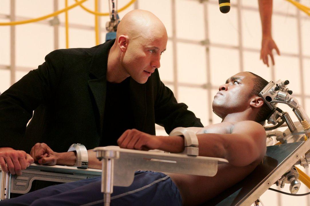 Wird sich der frisch zum Cyborg gemachte Victor (Lee Thompson Young, r.) aus seiner Gefangenschaft von Lex Luthor (Michael Rosenbaum, l.) befreien k... - Bildquelle: Warner Bros.