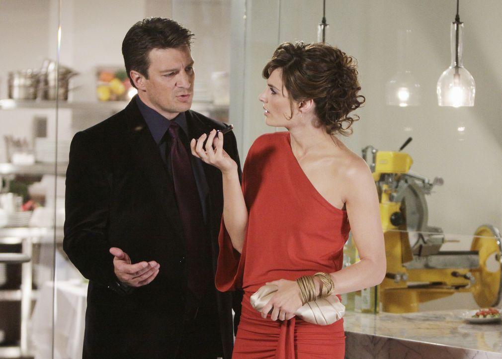 Ist es wirklich Zufall, dass Richard Castle (Nathan Fillion, l.) sein Date ausgerechnet in das Restaurant entführt, in dem auch Kate (Stana Katic, r... - Bildquelle: ABC Studios