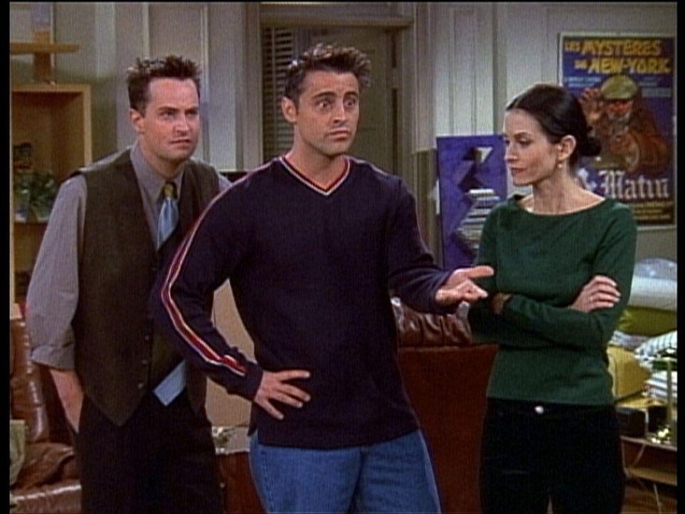 Immer noch ist Joey (Matt LeBlanc, M.) der Einzige, der von Monicas (Courteney Cox, r.) und Chandlers (Matthew Perry, l.) Beziehung weiß ... - Bildquelle: TM+  2000 WARNER BROS.