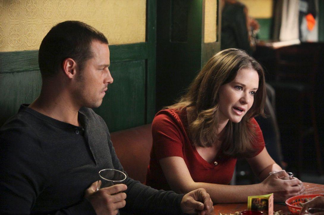 Lassen den Tag in der Bar ausklingen: April (Sarah Drew, r.), Alex (Justin Chambers, l.), Lexie, Meredith und Jackson ... - Bildquelle: ABC Studios