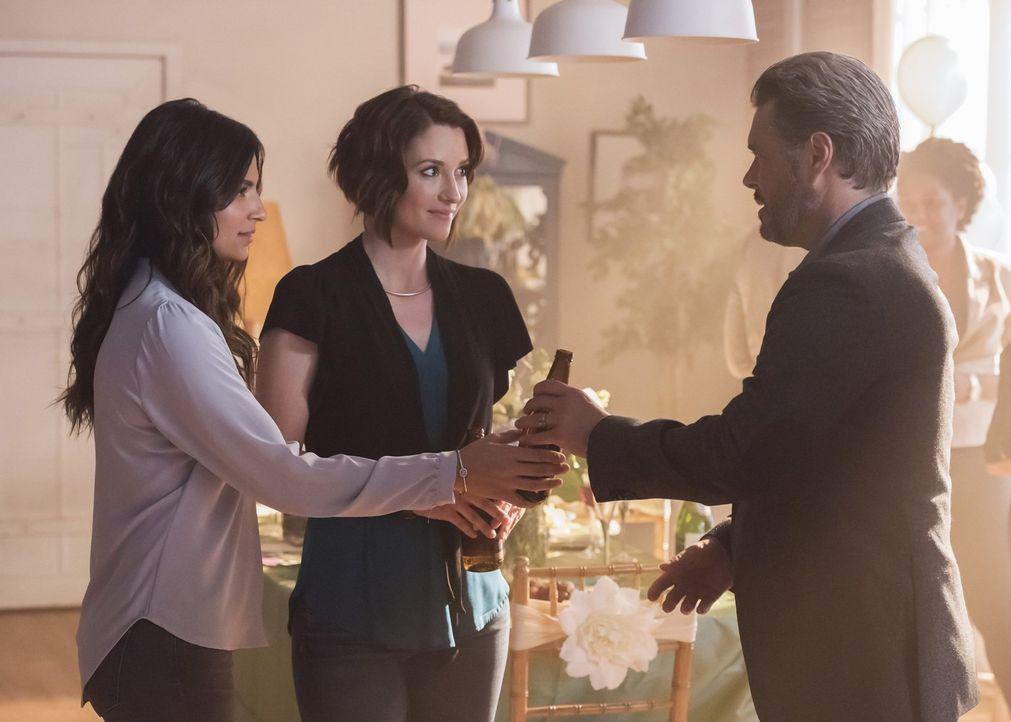 Maggie (Floriana Lima, l.) entschließt sich dazu, ihren Vater Oscar (Carlos Bernard, r.) zu ihrer Brautparty einzuladen. Wie wird das erste Zusammen... - Bildquelle: 2017 Warner Bros.