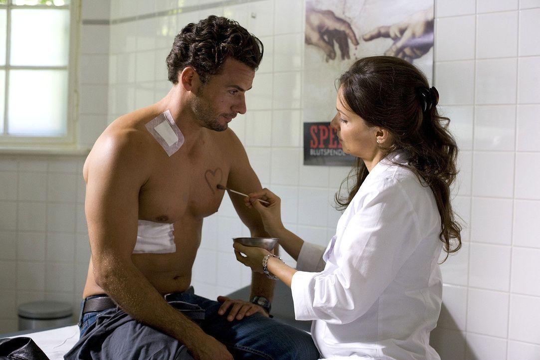 Bettina (Mina Tander, r.) kümmert sich um die Verletzungen, die Maik (Stephan Luca, l.) sich bei seinem gefährlichen Einsatz zugezogen hat ... - Bildquelle: Richard Hübner Sat.1