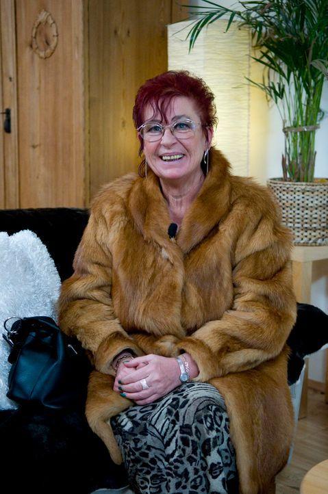 Die 58-jährige Sigrid hält sich für top-modisch, mag Kleidung mit tiefem Ausschnitt und dazu am liebsten Röcke. Wenn sie schick ausgeht, trägt sie g... - Bildquelle: Martin Menke Sat.1