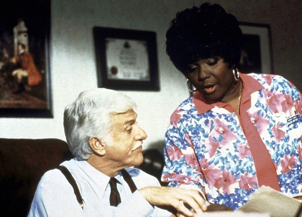 Delores (Delores Hall, r.) redet Sloan (Dick Van Dyke, l.) ins Gewissen. - Bildquelle: Viacom