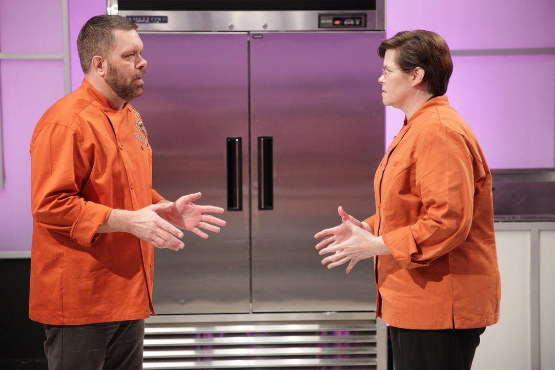 Wie wird der Kuchen von Bäcker Danny Lane (l.) und seiner Assistentin Rebecca Woodard (r.) bei der Jury ankommen? - Bildquelle: 2015, Television Food Network, G.P. All Rights Reserved