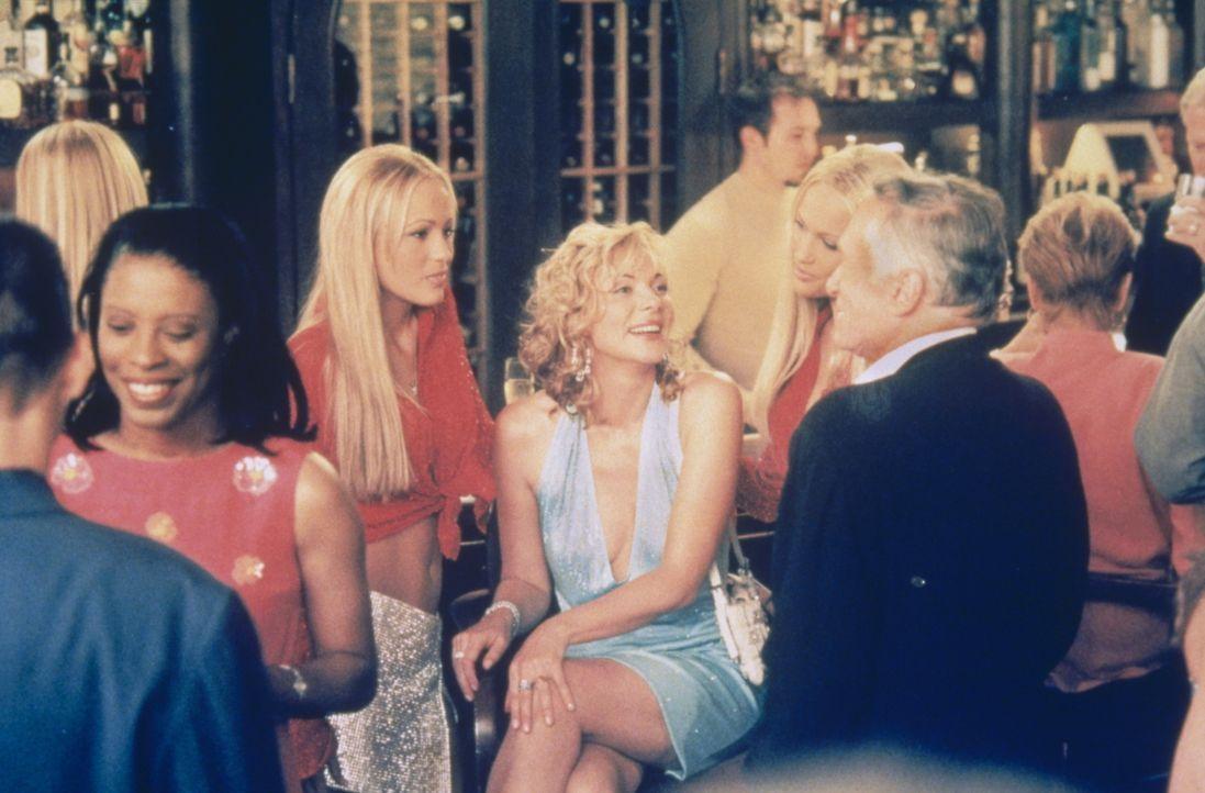 """Für Samantha (Kim Cattrall, M.) geht ein Traum in Erfüllung: Auf einer Party lernt sie den """"Playboy""""-Boss Hugh Hefner (r.) kennen. - Bildquelle: Paramount Pictures"""