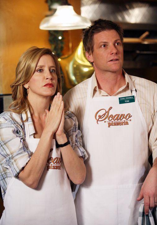 Lynette (Felicity Huffman, l.) und Tom (Doug Savant, r.) hoffen, dass die Eröffnung der Pizzeria ein voller Erfolg wird … - Bildquelle: 2005 Touchstone Television  All Rights Reserved