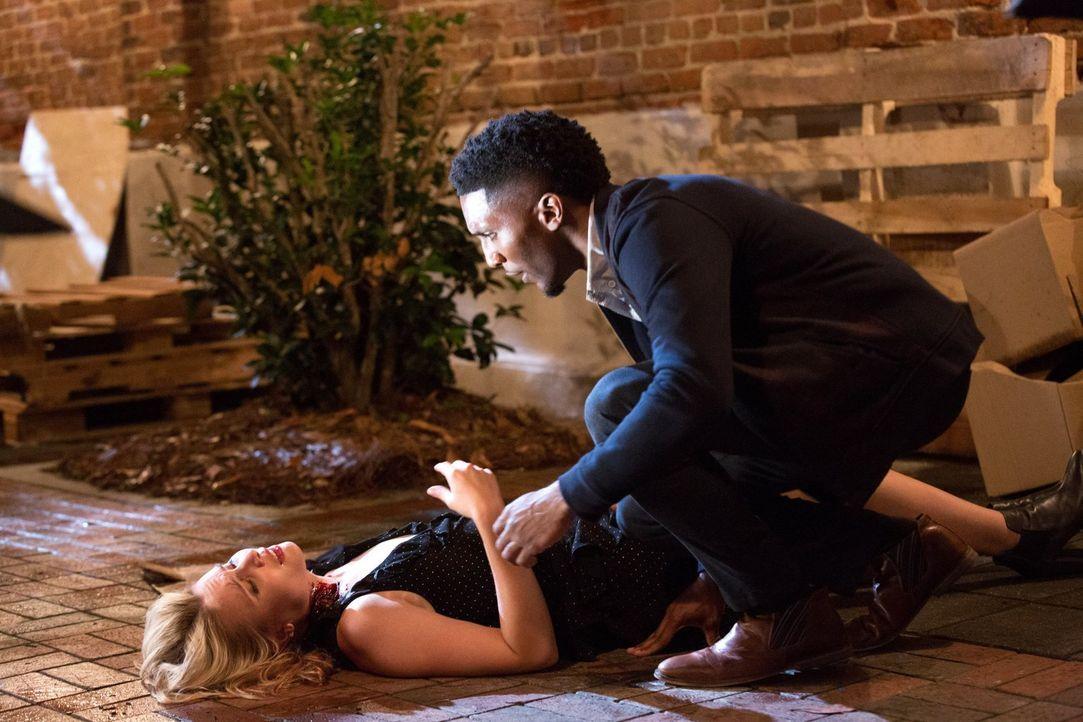 Ist Cami (Leah Pipes, l.) tatsächlich Vincents (Yusuf Gatewood, r.) Schwachstelle? - Bildquelle: Warner Bros. Television