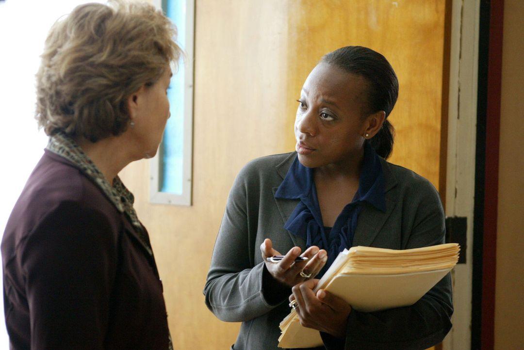 Vivian Johnson (Marianne Jean-Baptiste, r.) macht Mrs. Suarez (Charlotte Colavin, l.) ihren Standpunkt klar. - Bildquelle: Warner Bros. Entertainment Inc.