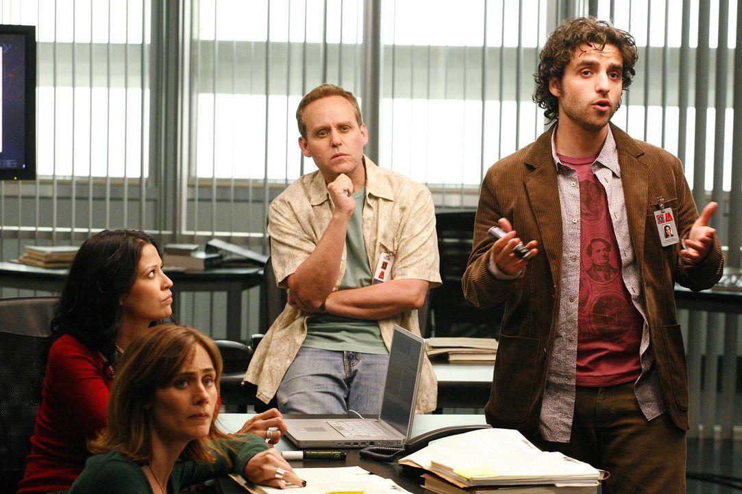 Amita Ramanujan (Navi Rawat, l.), Megan Reeves (Diane Farr, 2.v.l.), Dr. Larry Fleinhardt (Peter MacNicol, 2.v.r.) und Charlie Eppes (David Krumholt... - Bildquelle: Paramount Network Television