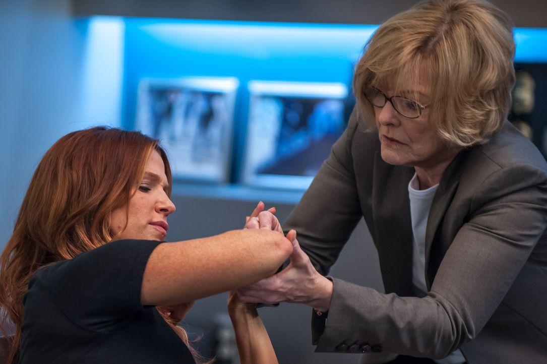 Als ein Wissenschaftler, der Carrie vor einiger Zeit untersucht hatte, ermordet aufgefunden wurde, suchen Joanne (Jane Curtin, l.) und Carrie (Poppy... - Bildquelle: 2013 Sony Pictures Television Inc. All Rights Reserved.