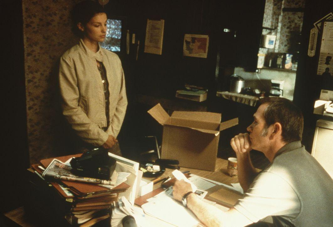 Erst als die unschuldig verurteilte Libby (Ashley Judd, l.) Unterstützung durch ihren Bewährungshelfer Travis (Tommy Lee Jones, r.) erhält, kommt... - Bildquelle: Paramount Pictures