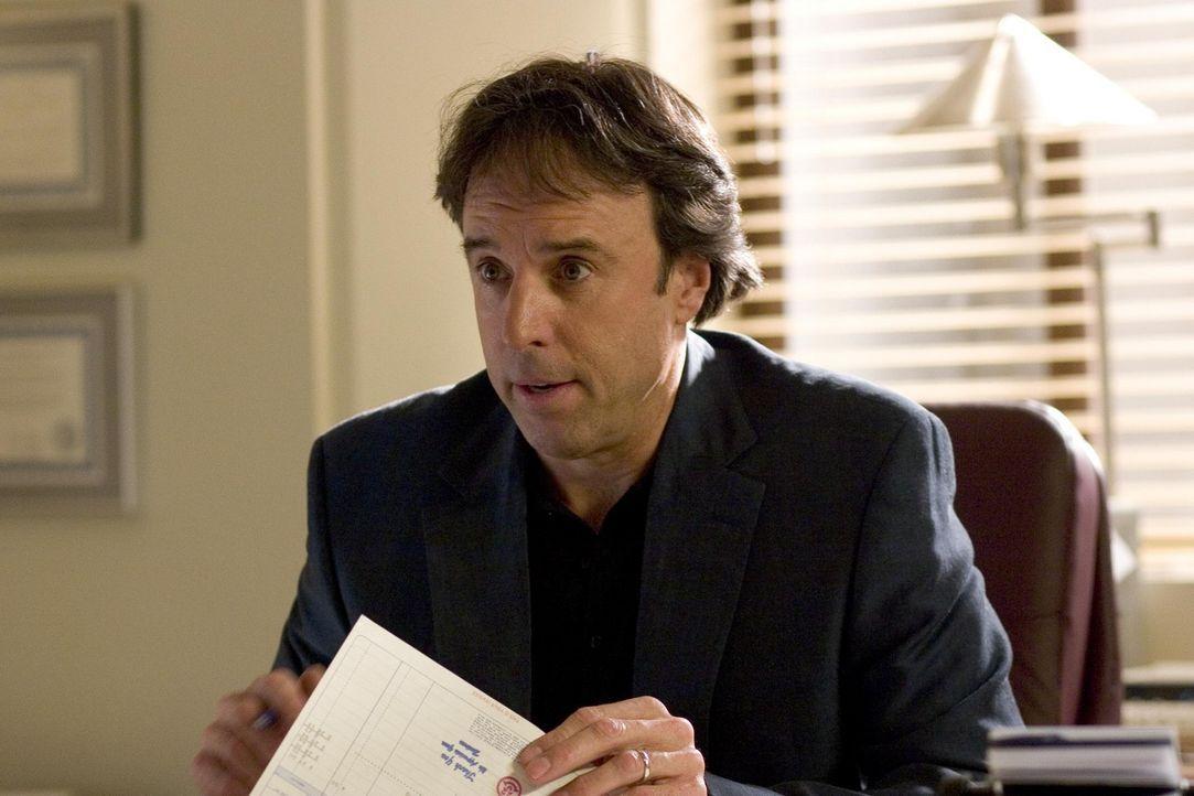 Nancy sucht Doug (Kevin Nealon) in seinem Büro auf, denn er verwaltet ihr Geld ... - Bildquelle: Lions Gate Televison