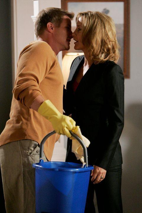 Lynette (Felicity Huffman, r.) hat einen Job, während Tom (Doug Savant, l.) zu Hause auf die Kinder aufpasst. Das geht allerdings ziemlich schief, d... - Bildquelle: 2005 Touchstone Television  All Rights Reserved