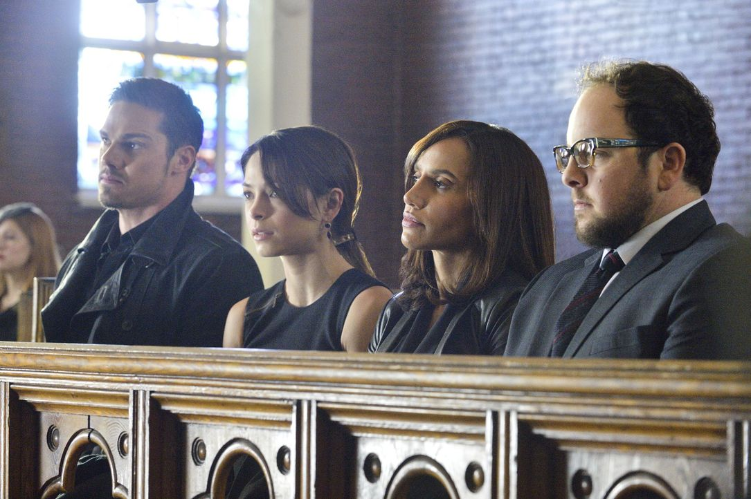 Müssen von Gabe und Dana Landon Abschied nehmen: (v.l.n.r.) Vincent (Jay Ryan), Cat (Kristin Kreuk), Tess (Nina Lisandrello) und J.T. (Austin Basis)... - Bildquelle: 2013 The CW Network, LLC. All rights reserved.