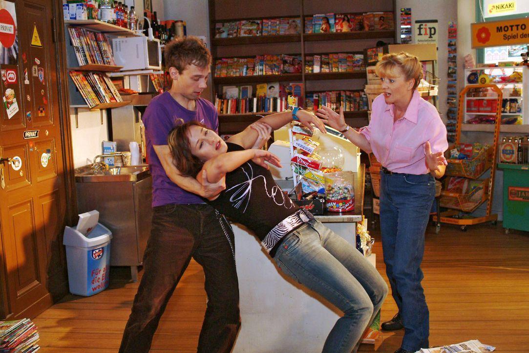 Jürgen (Oliver Bokern, l.) und Helga (Ulrike Mai, r.) sind erschrocken über Yvonnes (Bärbel Schleker, M.) plötzlichen Ohnmachtsanfall. - Bildquelle: Monika Schürle SAT.1 / Monika Schürle
