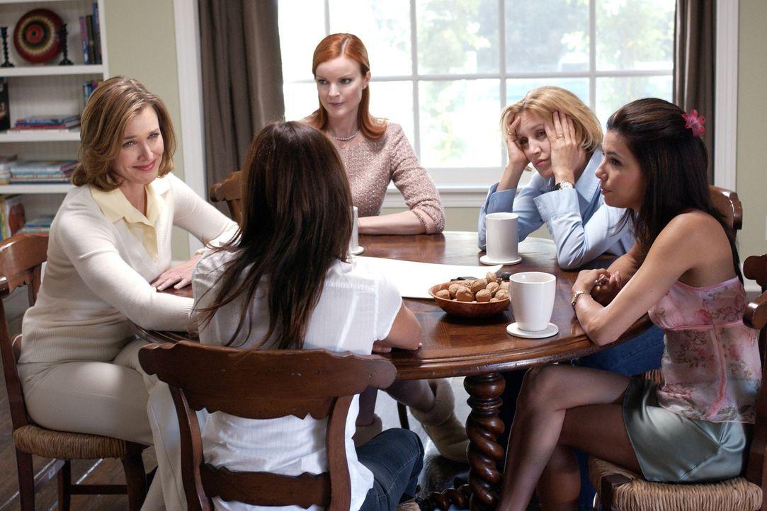 Mary Alice (Brenda Strong, l.), Lynette (Felicity Huffman, 2.v.r.), Gabrielle (Eva Longoria, r.), Susan (Teri Hatcher, 2.v.l.) und Bree (Marcia Cros... - Bildquelle: Touchstone Television