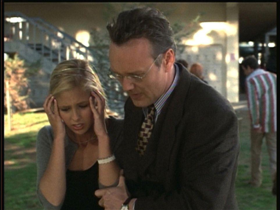Buffy (Sarah Michelle Gellar, l.) wird von den Gedanken fremder Leute gequält, doch auch Giles (Anthony Stewart Head) kann ihr zunächst nicht helfen... - Bildquelle: TM +   2000 Twentieth Century Fox Film Corporation. All Rights Reserved.