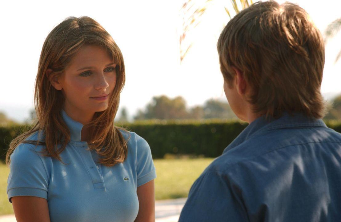 Die Ferien sind vorbei und prompt trifft Ryan (Benjamin McKenzie, r.) in der Schule auf Marissa (Mischa Barton, l.), die sich sichtlich freut, ihn z... - Bildquelle: Warner Bros. Television