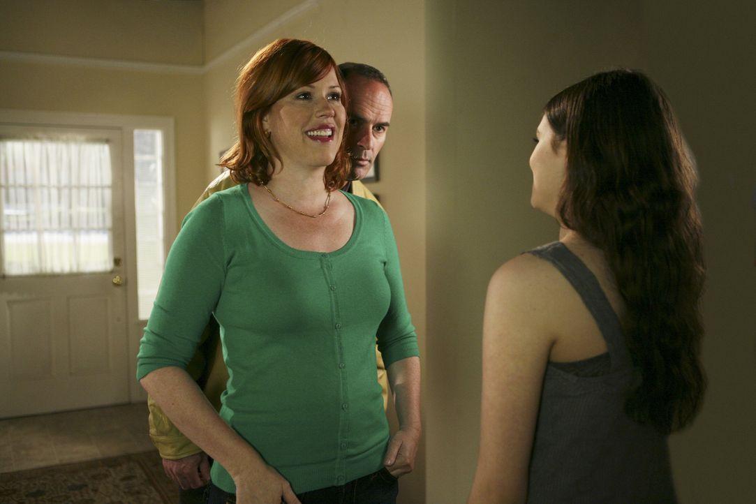 Ashley (India Eisley, r.) kann nicht glauben, dass ihr Vater George (Mark Derwin, M.) ihre Mutter Anne (Molly Ringwald, l.) verlassen will - wird er... - Bildquelle: ABC Family